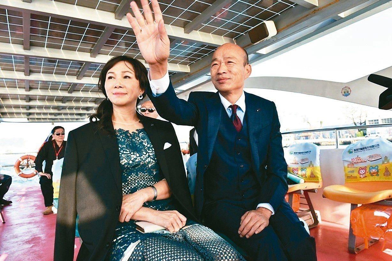高雄市長韓國瑜(右)就職大典上穿著三件式英式古典正裝。 圖/高市新聞局提供