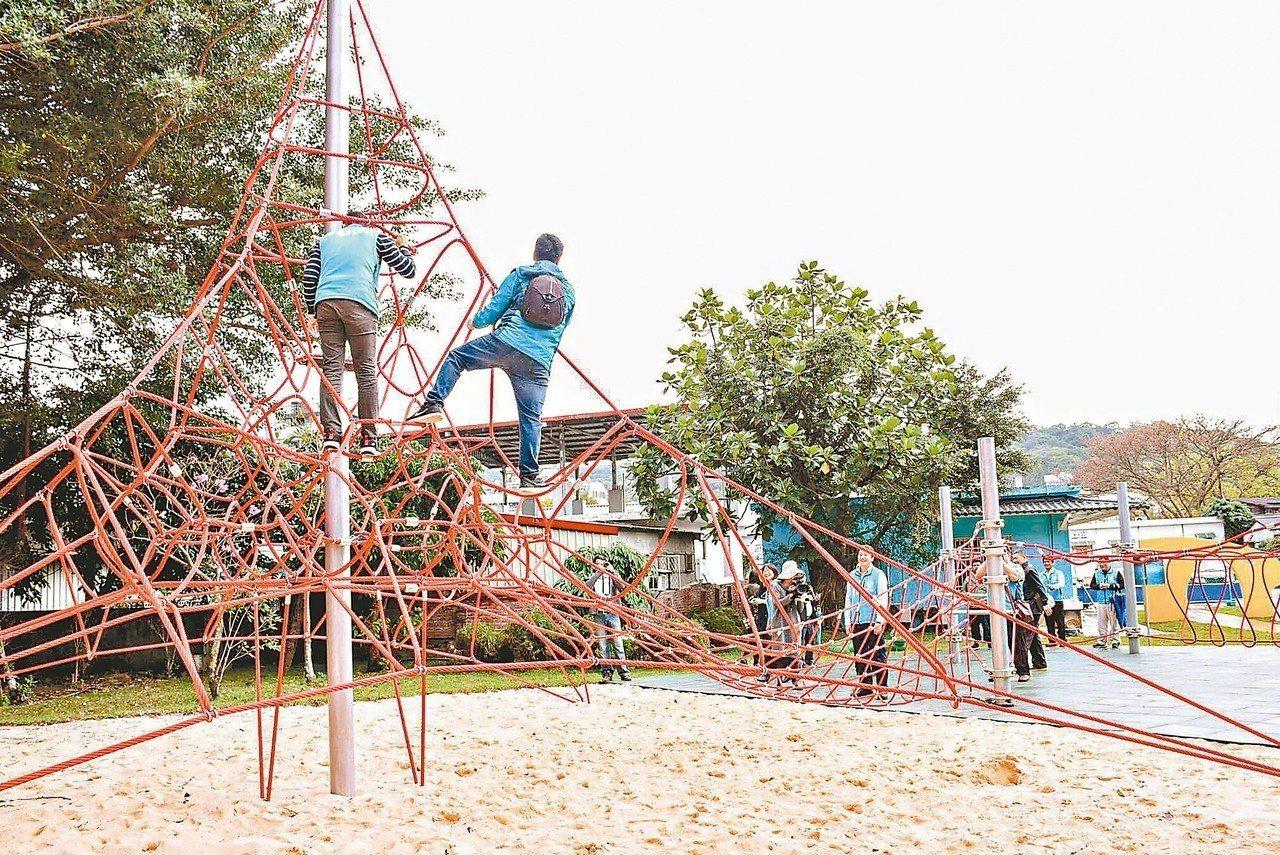 花蓮市公所於進豐親子公園打造的極限滑索、攀爬跑酷索網及轉轉椅3遊憩設施,為縣內首...