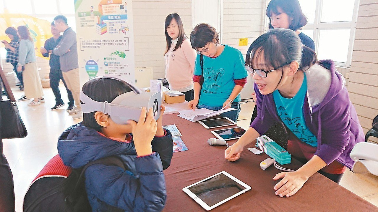 高雄市鹽埕國中設有空氣品質環境教育科技中心,透過平板及VR體驗,讓學童了解空汙對...