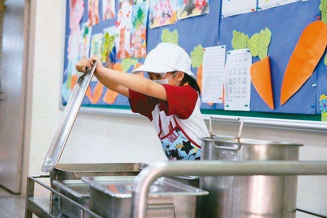 農民林佳新表示雲林國小午餐食材費僅18元,痛批政府「我們的孩子一餐食材費才18塊...