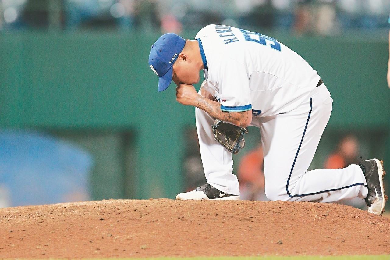 去年十月郭泓志親吻投手丘,代表球員生涯告一段落,不料昨天有復出的念頭。 圖/聯合...