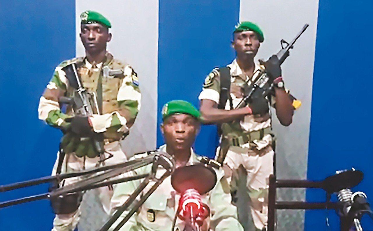 加彭軍人七日在國營廣播電台宣布接管政權。 (法新社)
