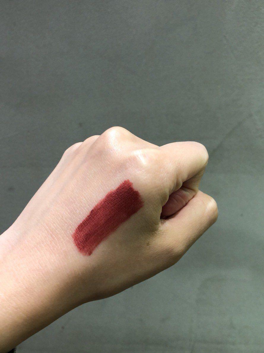 NYX貼身愛撫裸色唇釉 #12試色。記者劉小川/攝影