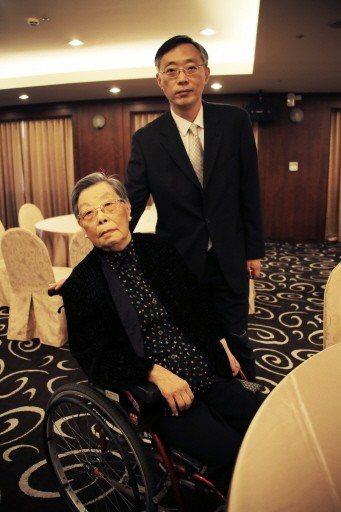 孟小冬女士國劇獎學基金會前董事長杜美霞(前)與其子金祖武。 圖/金祖武提供