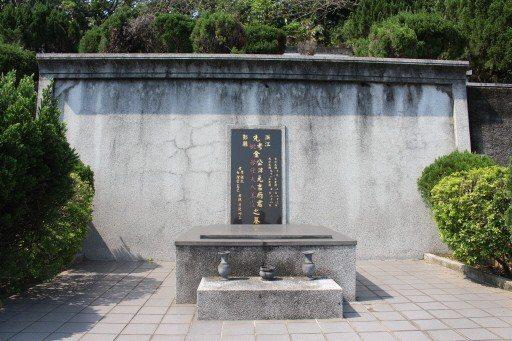 杜美霞之夫金元吉之墓位在樹林淨律寺樂山公墓孟小冬墓旁,金元吉於民國91年辭世,上...