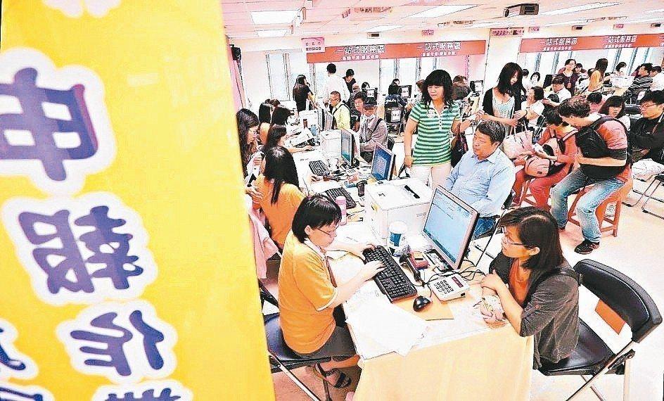 財政部台北國稅局表示,所得稅法部分條文修正案在2018年2月公告實施,營所稅率自...