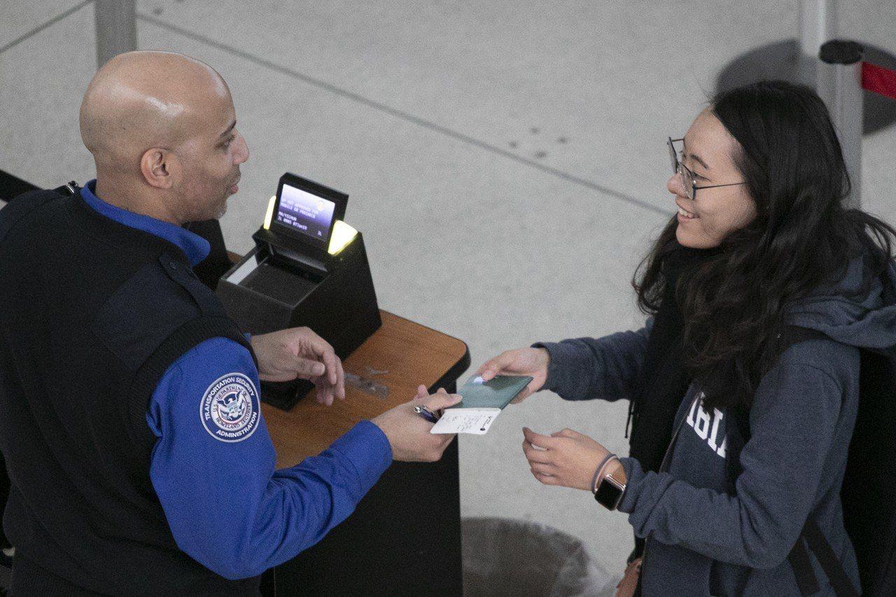 政府關門效應,一名TSA安檢人員表心聲,感覺不受政案尊重,工作士氣極度低落。 世...