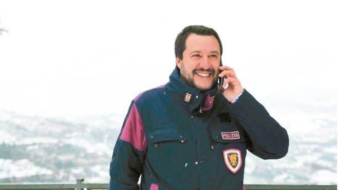 義大利內政部長薩爾維尼常在在臉書上分享自己身穿警察制服的照片。 圖/取自薩爾維尼...