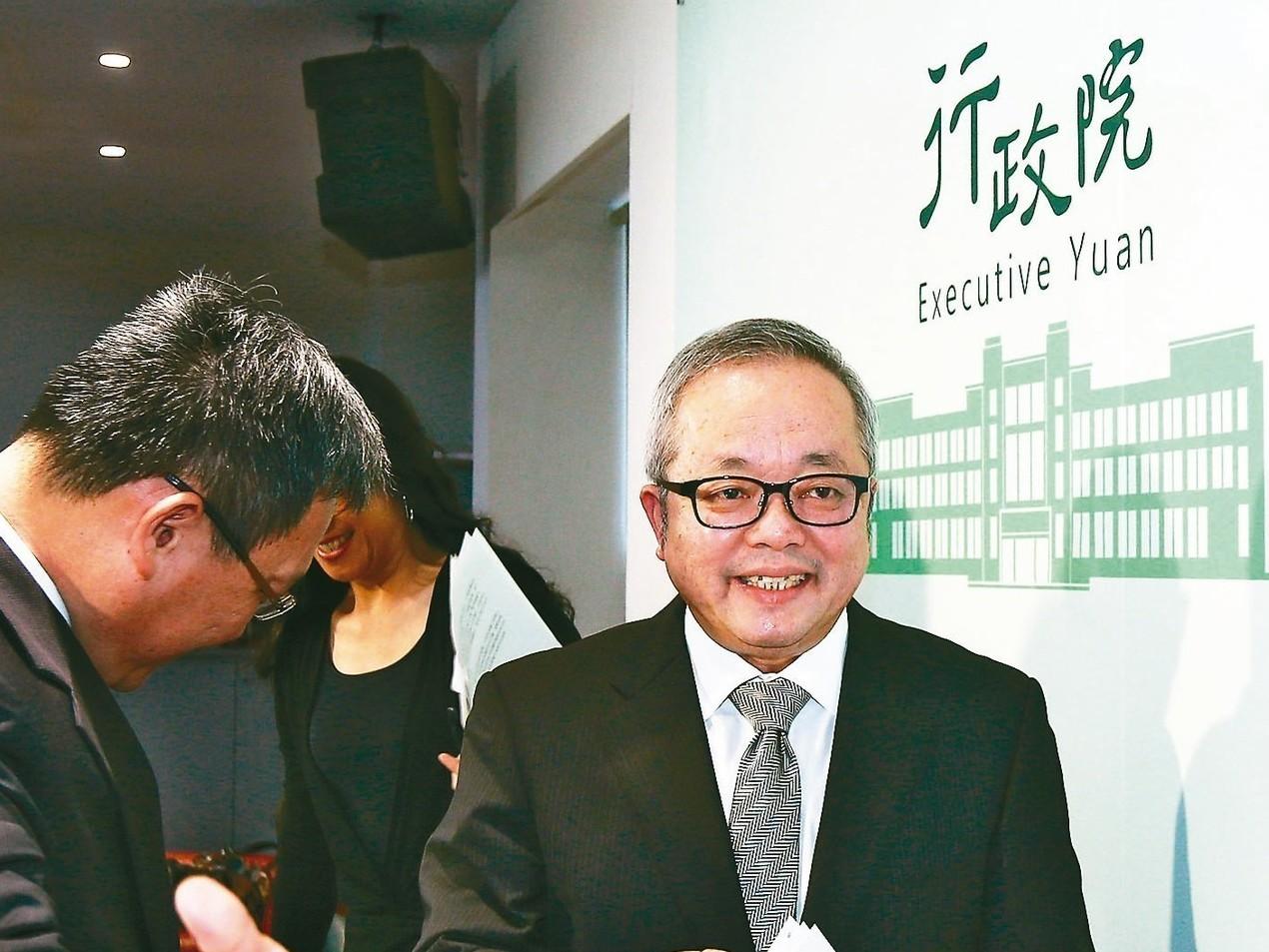 行政院副院長施俊吉(右)上午針對「經濟紅利」財政來源等舉行記者會說明,表示會從長...