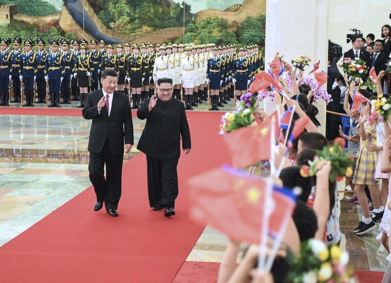 北韓領導人金正恩(圖右)四度訪問北京,圖左為中國國家主席習近平。 美聯社