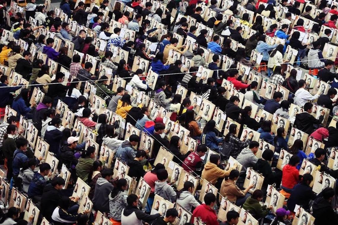 寒窗苦讀數十年,一夜回到解放前?中國在元旦後正值藝術類大學院校招生季,是報考規模...