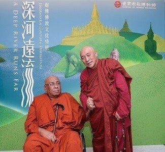 世界宗教博物館創辦人心道法師(右)與緬甸重量級弘法大師迪達古長老,一起參觀。 世...