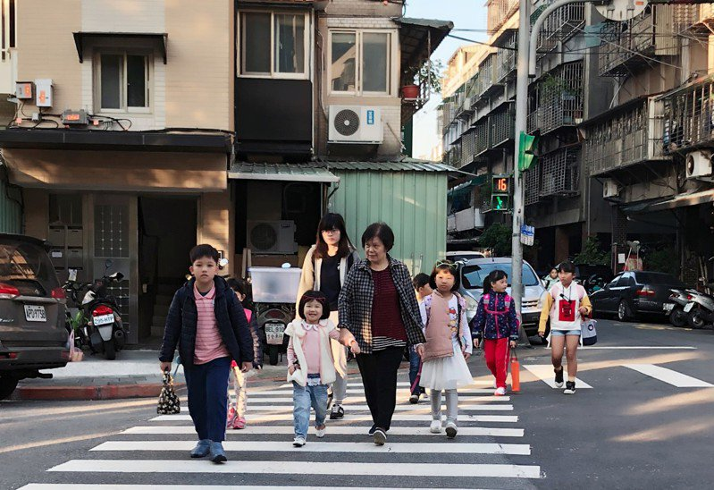 親子一起走路上學,享受美好的通學時光。圖/修德國小提供