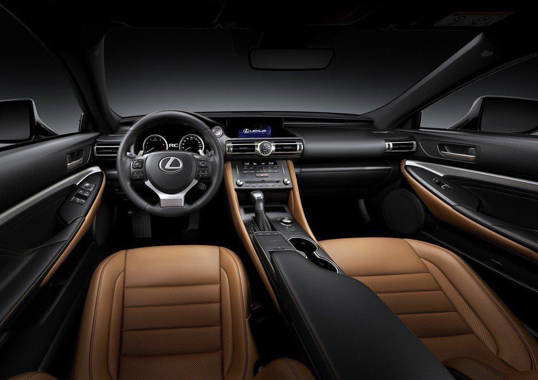 全新RC除了保有雙門跑車的性感外型,更增添了優雅氣質。 圖/和泰汽車提供