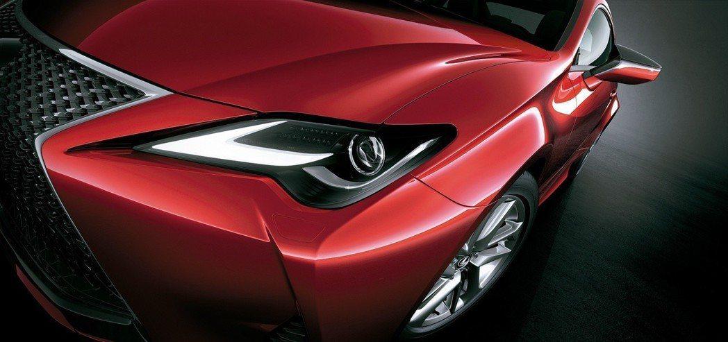 全新RC更汲取旗艦雙門GT跑車LC的設計靈感,打造出兼具優雅外觀與精緻內裝,銳利沉穩的駕駛感受,必定能再次成為眾人目光焦點。 圖/和泰汽車提供