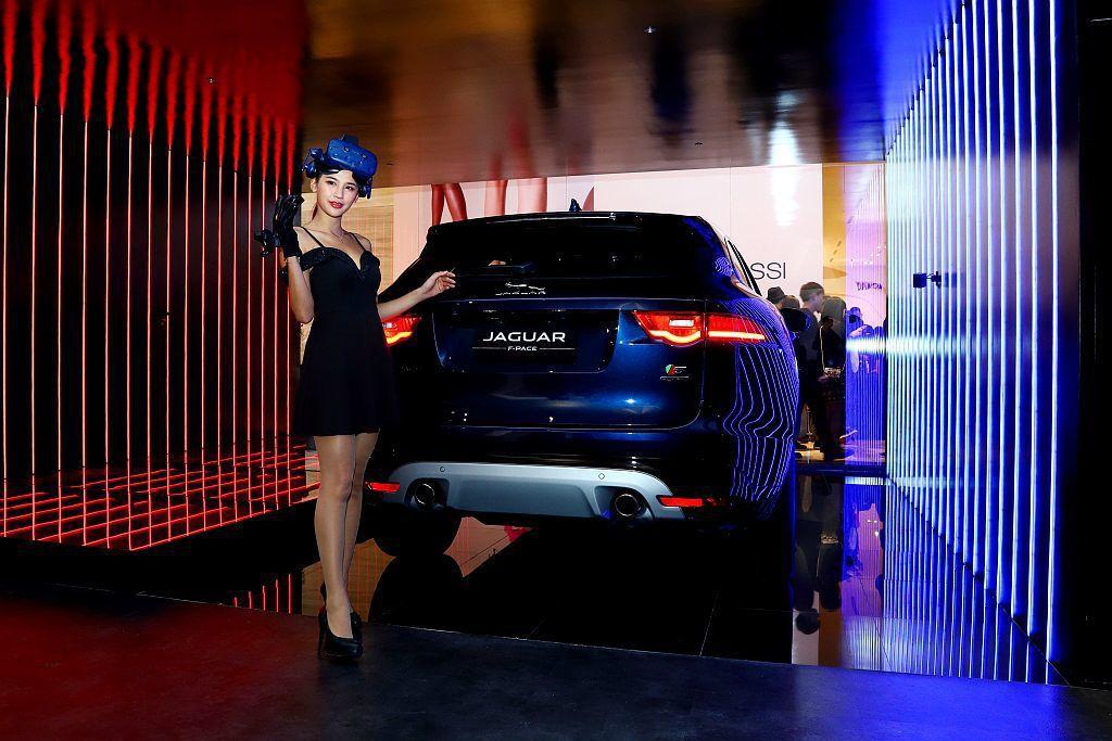Jaguar F-Pace跨界跑車展區以絢麗時尚的光廊搭配VR虛擬實境裝置,提供...