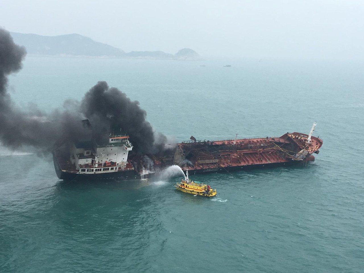 一艘途經南丫島的貨輪,於海面與連接躉船入油引起失火爆炸。 路透社