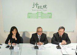 行政院副院長施俊吉8日上午開記者會說明稅收紅利政策。(photo by 網路截圖...