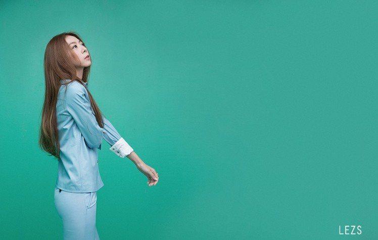 時間的蛻變讓陳綺貞從歌曲中的主角退居幕後,當起城市的觀察者。圖/LEZS提供