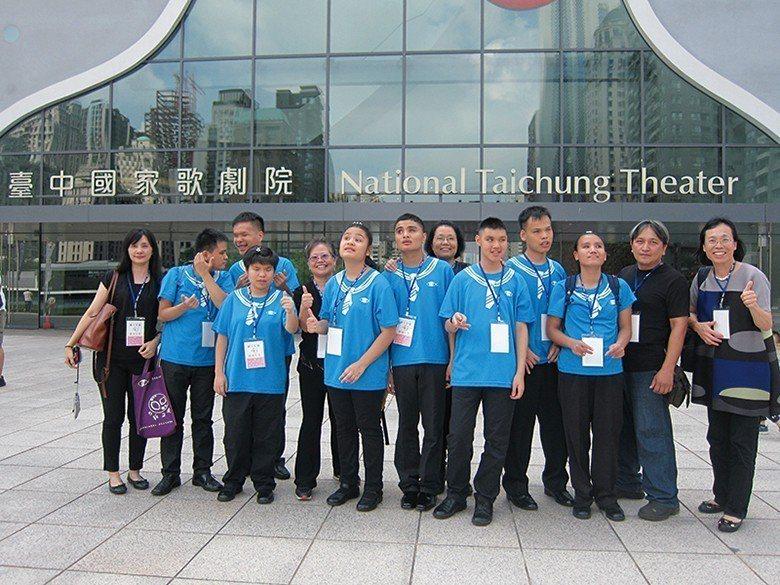 惠明盲校合唱團前往臺中國家歌劇院演出,開心不已。 【圖・葉碧足、林芳如、楊登淵】