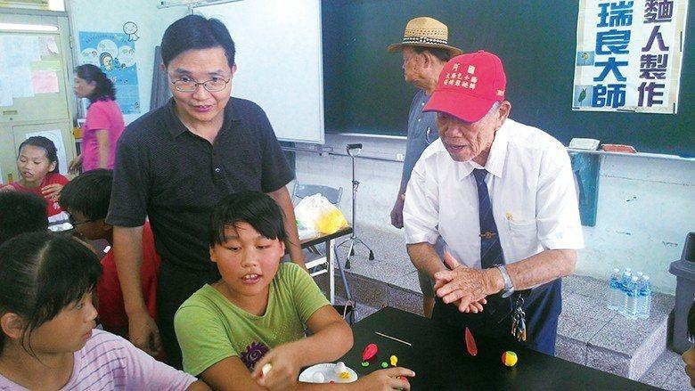 國寶級捏麵人大師許瑞良,生前親赴公館國小教學。 【圖・吳麗芬、楊登淵】