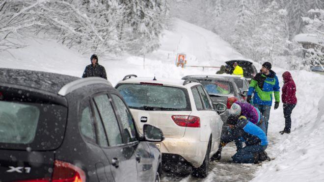 阿爾卑斯山區近日遭逢大雪襲擊,造成多名登山人士受困,至少七人身亡。歐新社