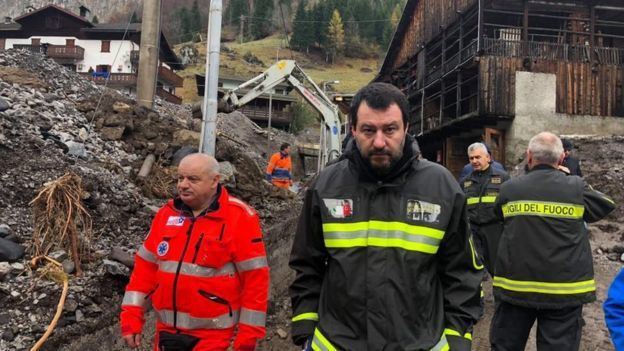 薩爾維尼藉由穿著消防人員的制服,以表對他們的支持。取自薩爾維尼臉書