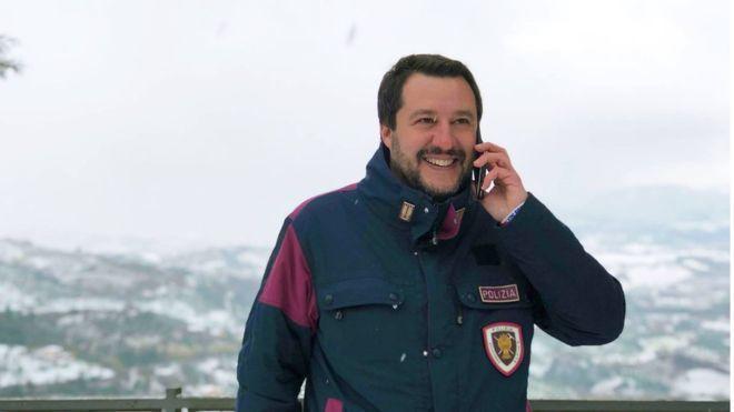 義大利內政部長薩爾維尼常在在臉書上分享自己身穿警察制服的照片。取自薩爾維尼臉書