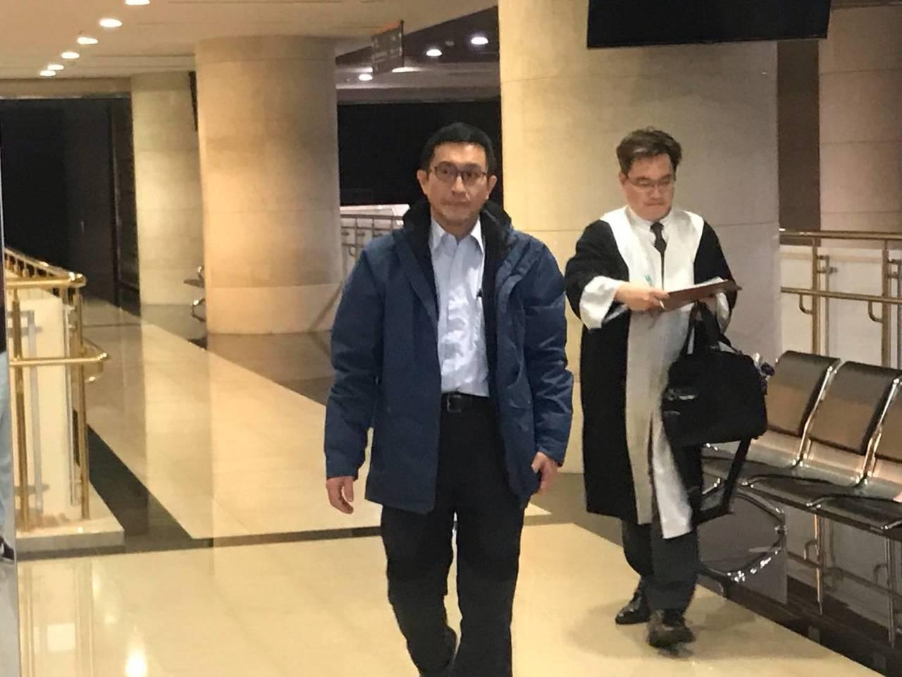 桃園市府前經發局長朱松偉(左)涉嫌收賄被檢調約談到案,並向法院聲請羈押。圖/讀者...