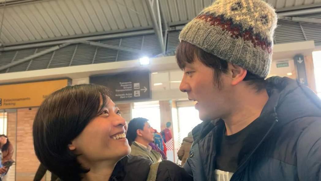 小嫻(左)特地飛去與宥勝會合。圖/摘自臉書