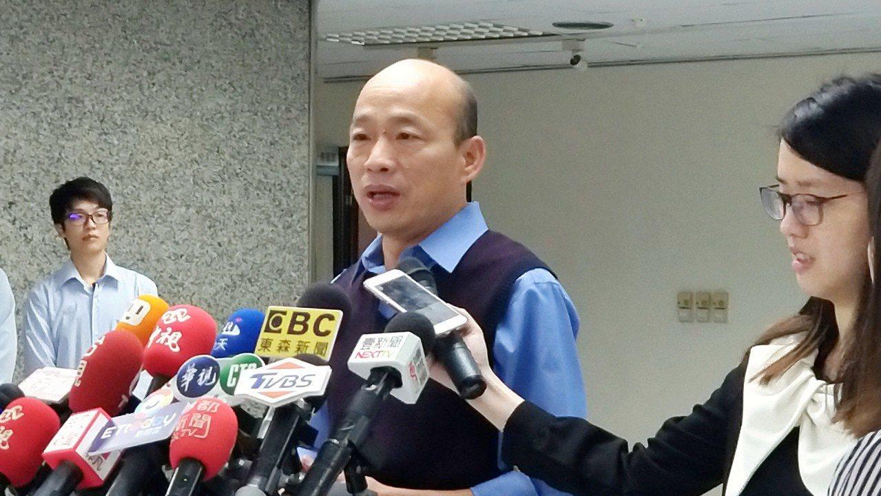 高市長韓國瑜(中)今出席市政會議,會後接受媒體訪問。記者蔡孟妤/攝影