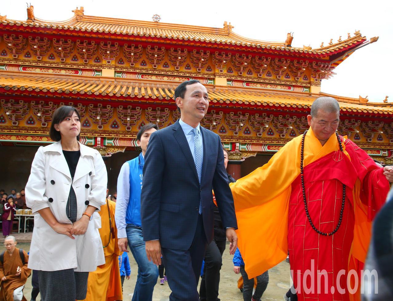 新北市前市長朱立倫(中)上午出席千霞山海明寺開光安座活動。記者王騰毅/攝影