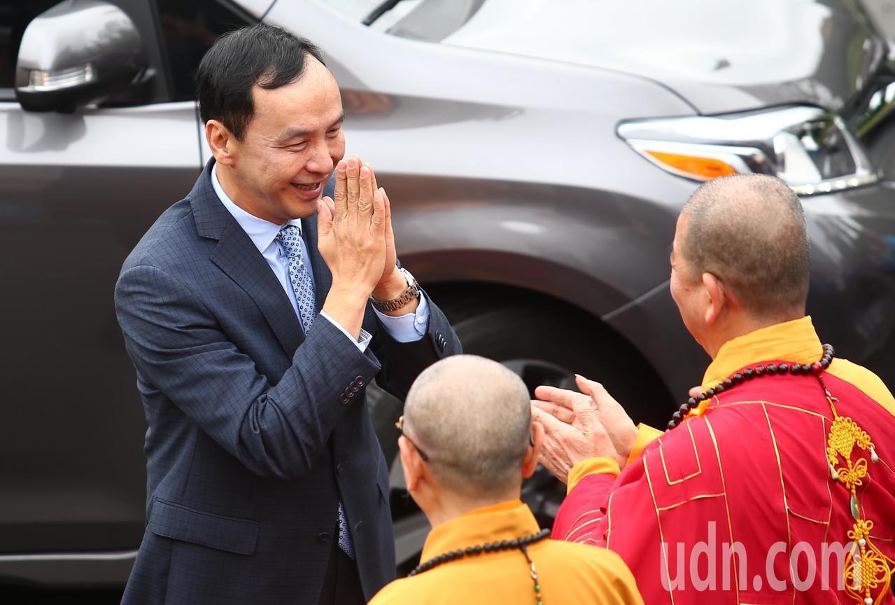 新北市前市長朱立倫(左)上午出席千霞山海明寺開光安座活動。記者王騰毅/攝影