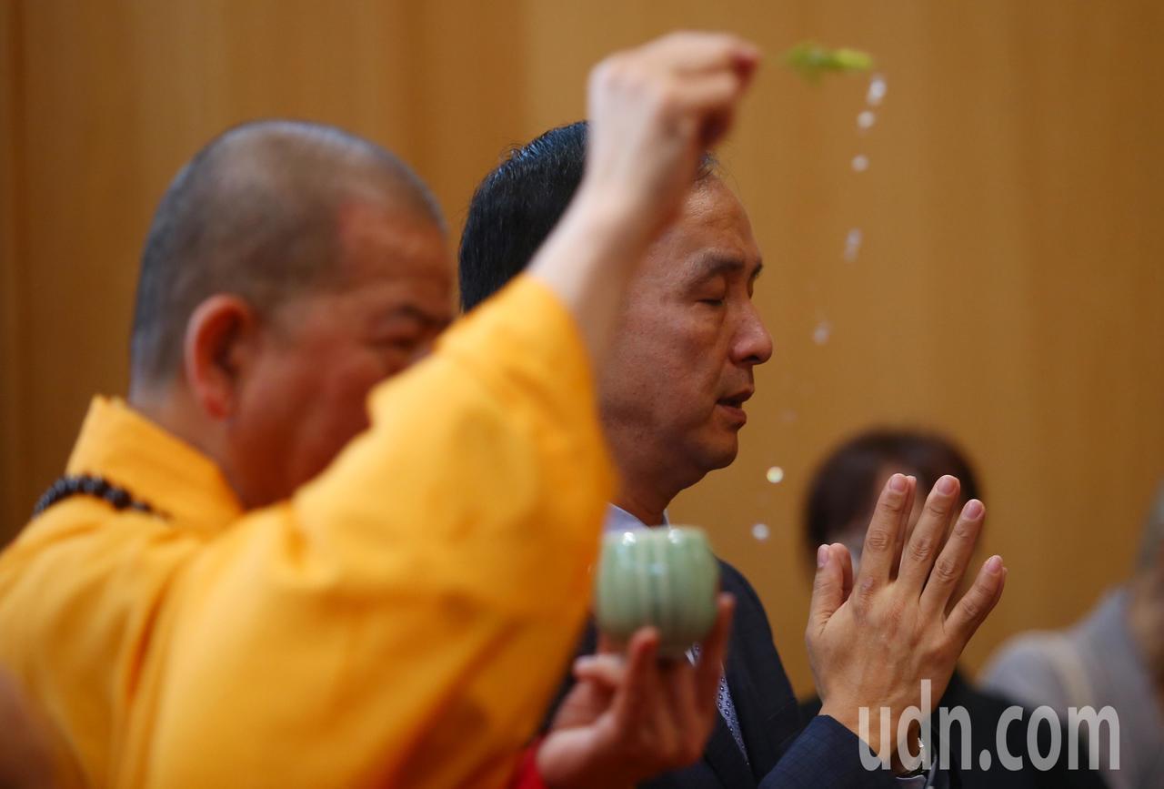 新北市前市長朱立倫(後)上午出席千霞山海明寺開光安座活動。記者王騰毅/攝影