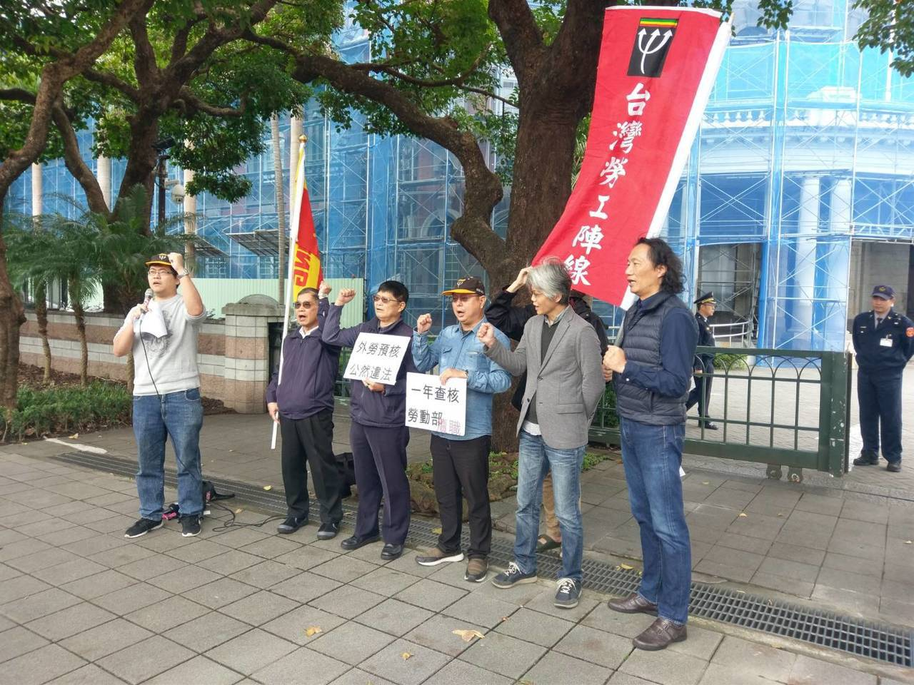 不滿政府外籍勞工預先核配制,多個團體今天到監察院外抗議。記者徐偉真/攝影