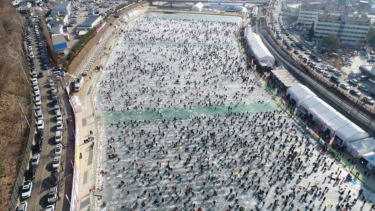 在南韓江原道華川郡舉辦的華川山鱒魚慶典5日開幕,大批民眾在結凍江面的冰釣區,釣起...