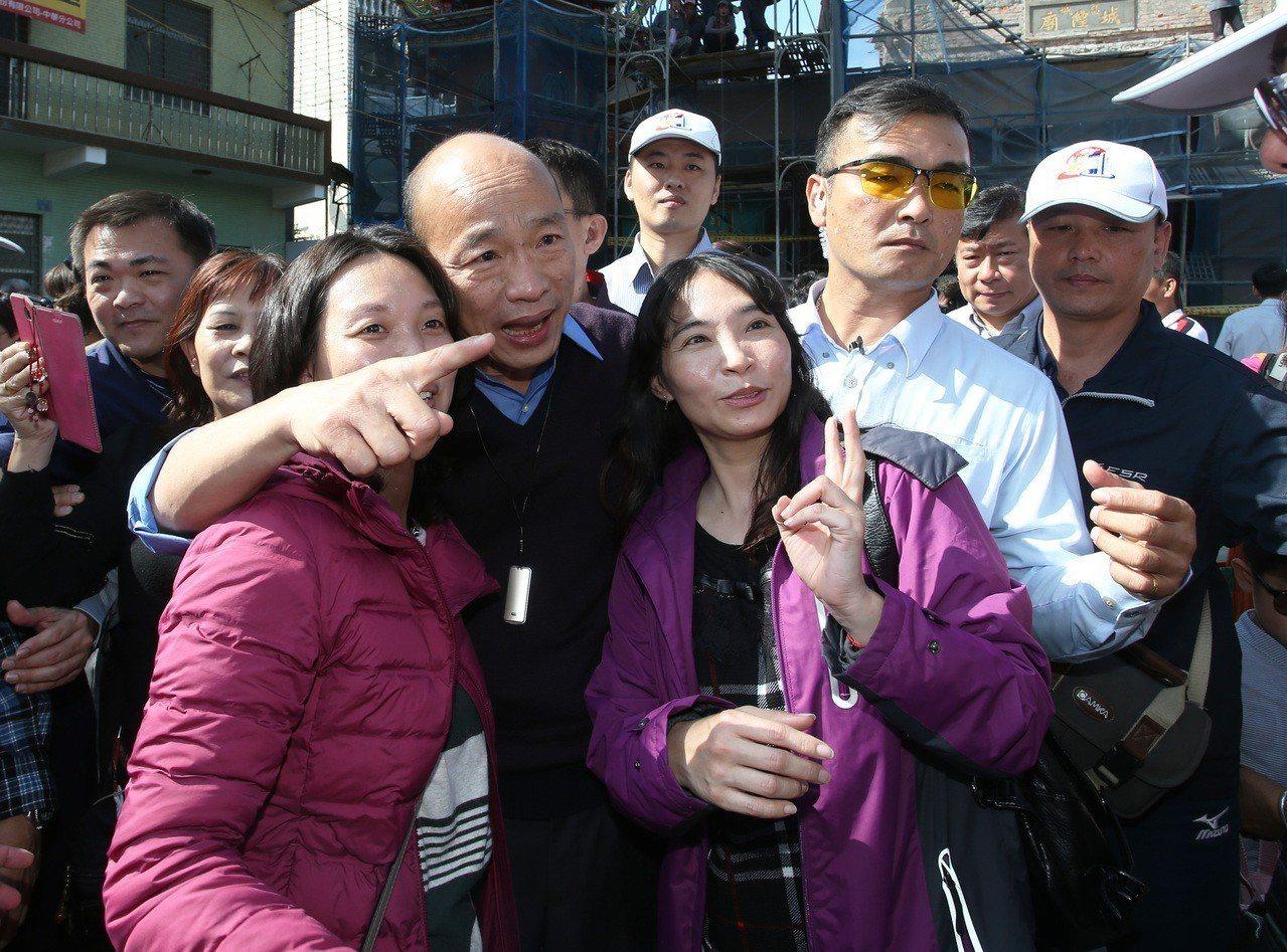 熱情民眾找韓國瑜合照。記者劉學聖/攝影