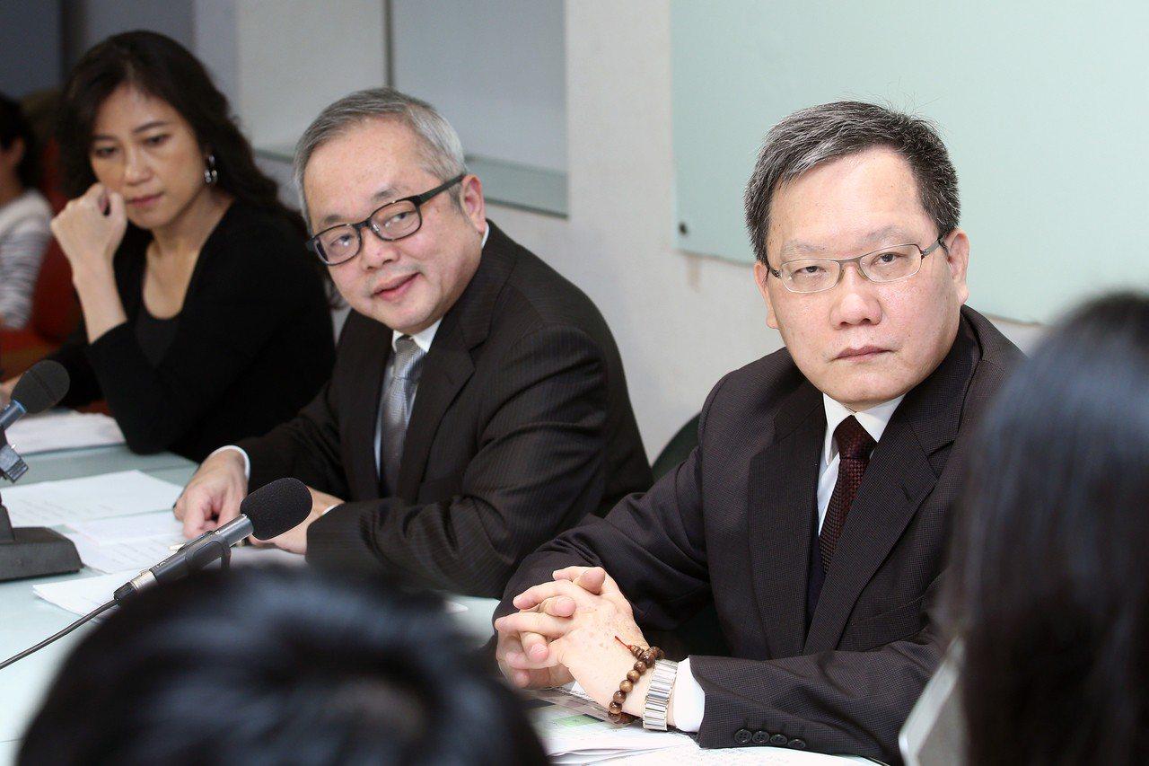 行政院發言人Kolas Yotaka(左起)、行政院副院長施俊吉與財政部長蘇建榮...
