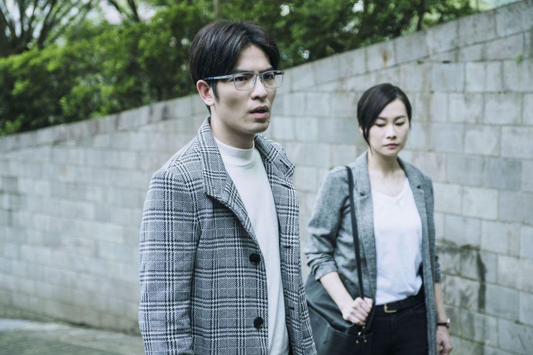 鄭宜農(右)飾演蕭敬騰助理兼隨身保鑣。圖/公視提供