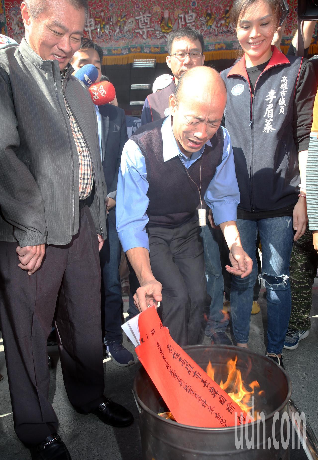 高雄市長韓國瑜今天上午到左營城隍廟參拜,由於選前韓國瑜曾到廟裡祈福,今天特地前來...