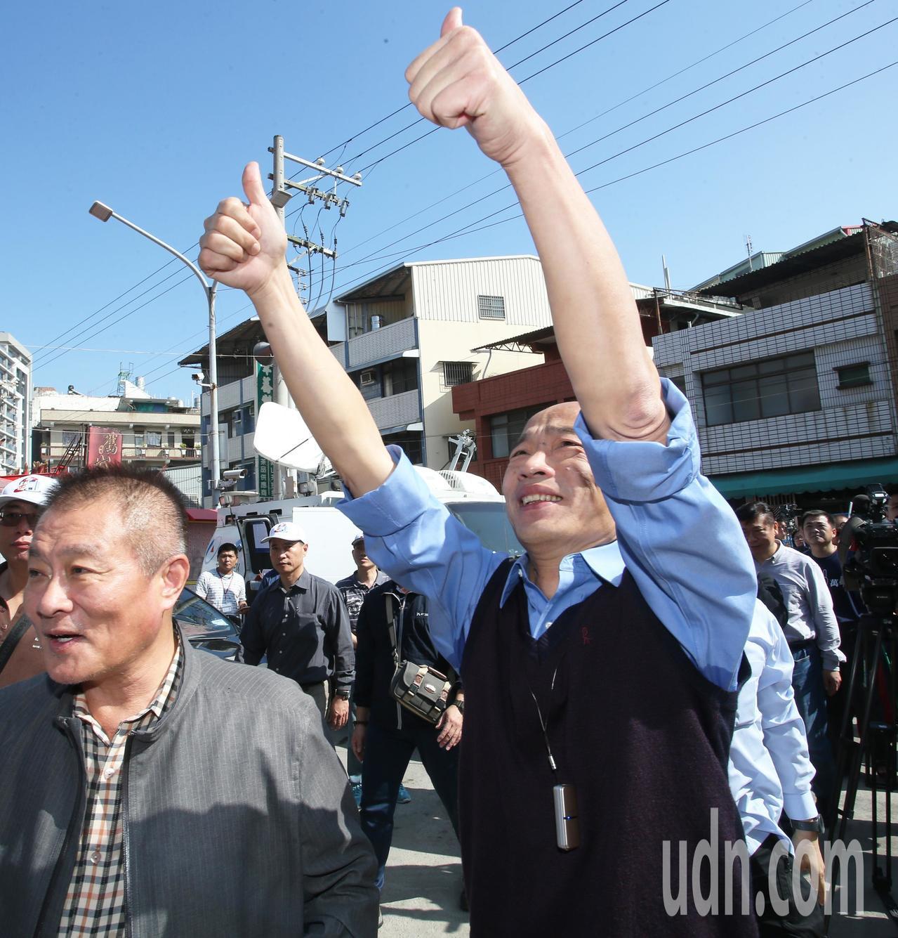 高雄市長韓國瑜今天上午到左營城隍廟參拜,韓國瑜向正在整修的工人大聲問好。記者劉學...