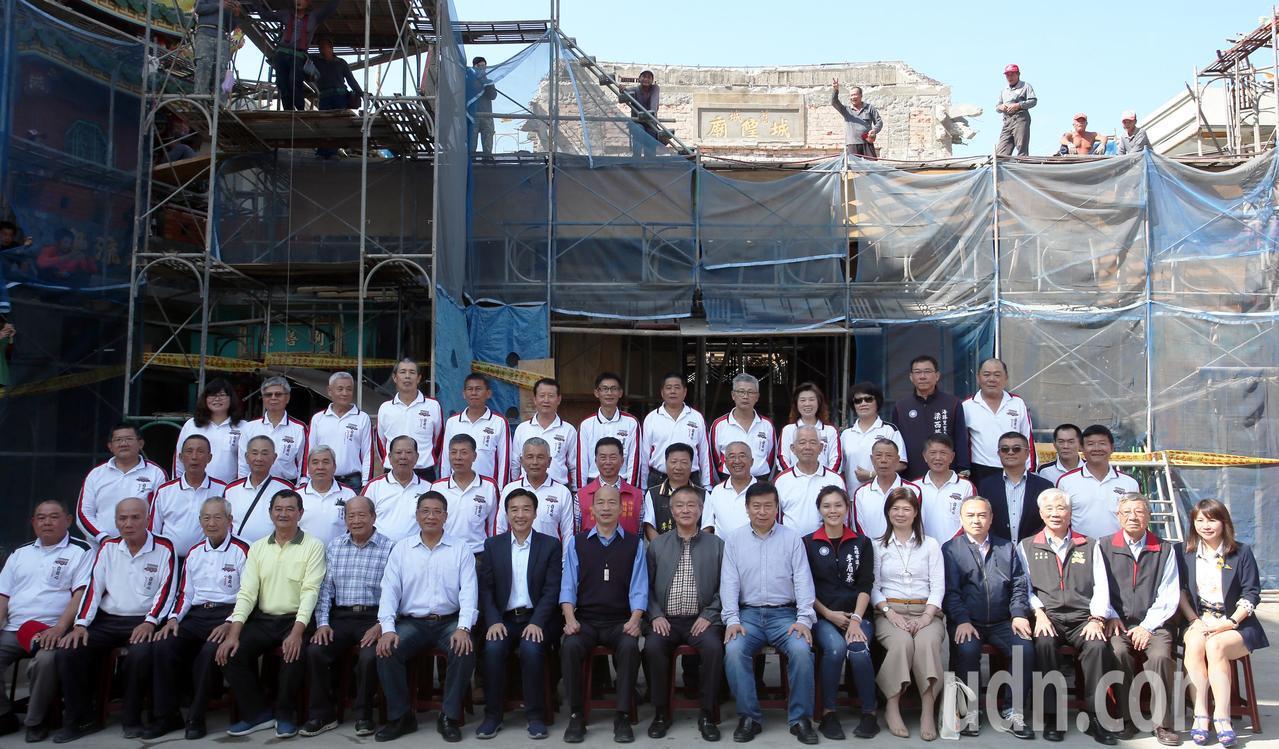 高雄市長韓國瑜今天上午到左營城隍廟參拜,並在正在整修的廟前合影留念。記者劉學聖/...
