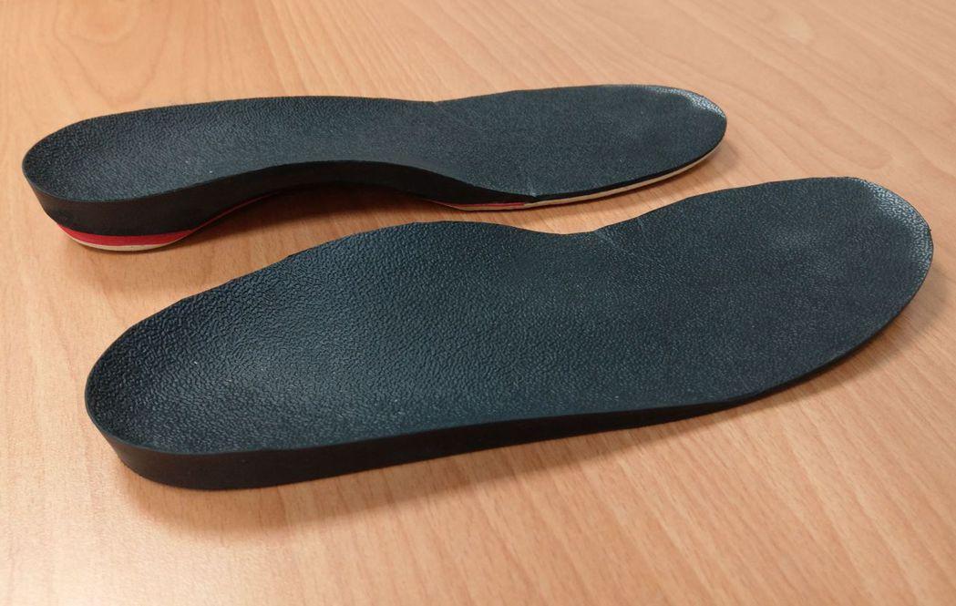 醫師楊哲魁說明,林姓男童屬於功能性長短腳,穿著左腳(上方)增高2.5公分的鞋墊,...
