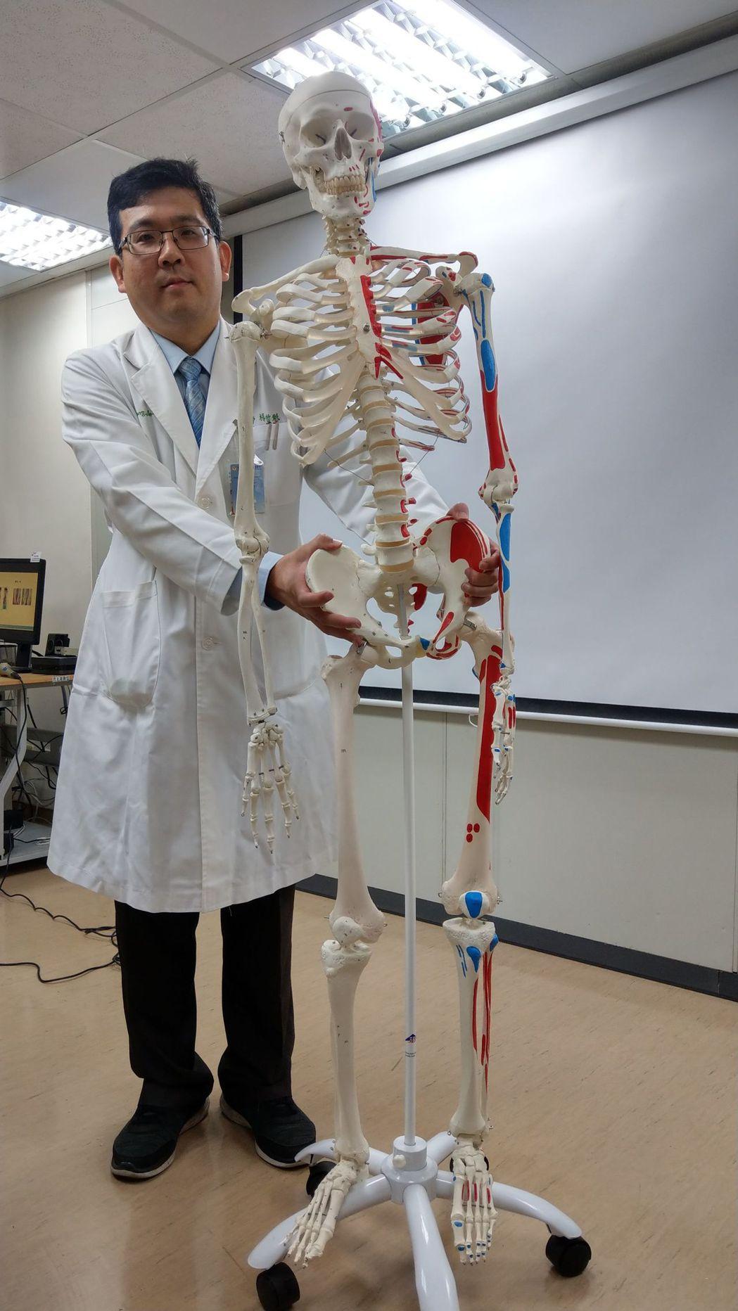 醫師楊哲魁說,林姓男童左右腳等長,因骨盆歪斜,屬於功能性長短腳。記者趙容萱/攝影