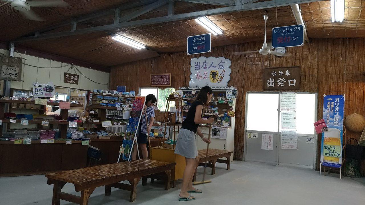 竹富島的水牛車,是當地的觀光賣點,土產店還有賣水牛照片。記者楊德宜/攝影