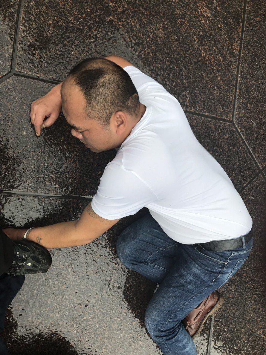 大陸竊嫌遭警方壓制。圖/記者廖炳棋翻攝