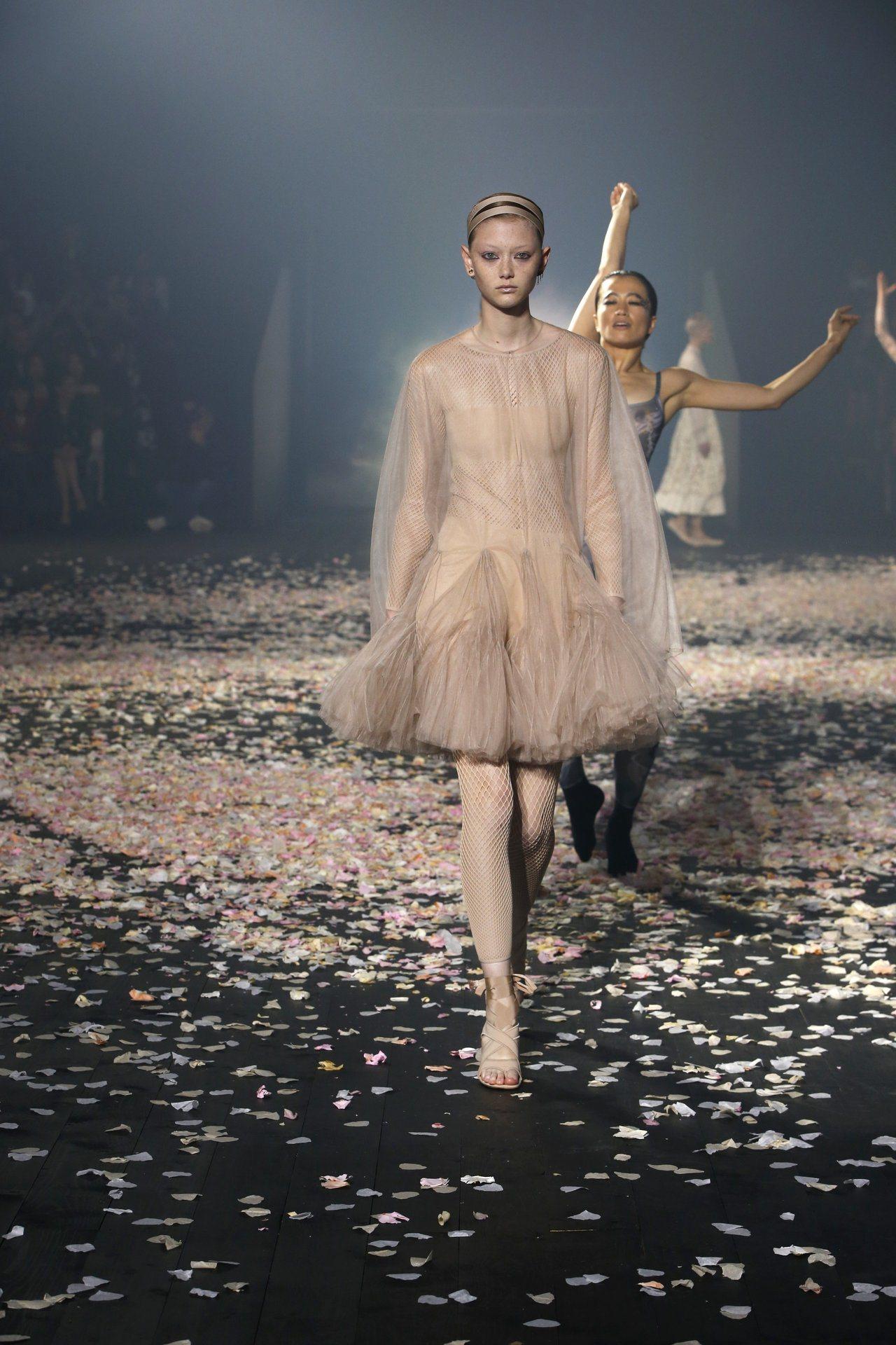 DIOR春夏与女人共舞刺绣花纹包美到想全收