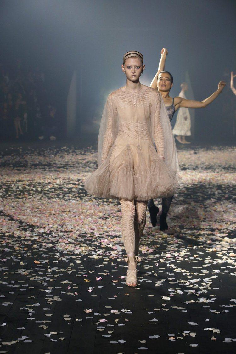DIOR以舞衣打造出女人的柔美感。圖/DIOR提供