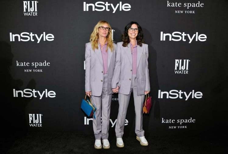 茱莉亞羅勃茲與造型師Elizabeth Stewart穿同件Givenchy紫灰...