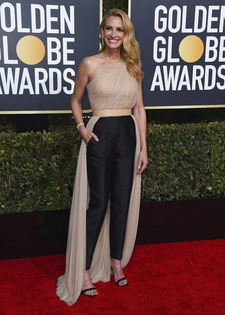 茱莉亞羅勃茲選穿Stella McCartney的裸色禮服出席金球獎,前短後長的...